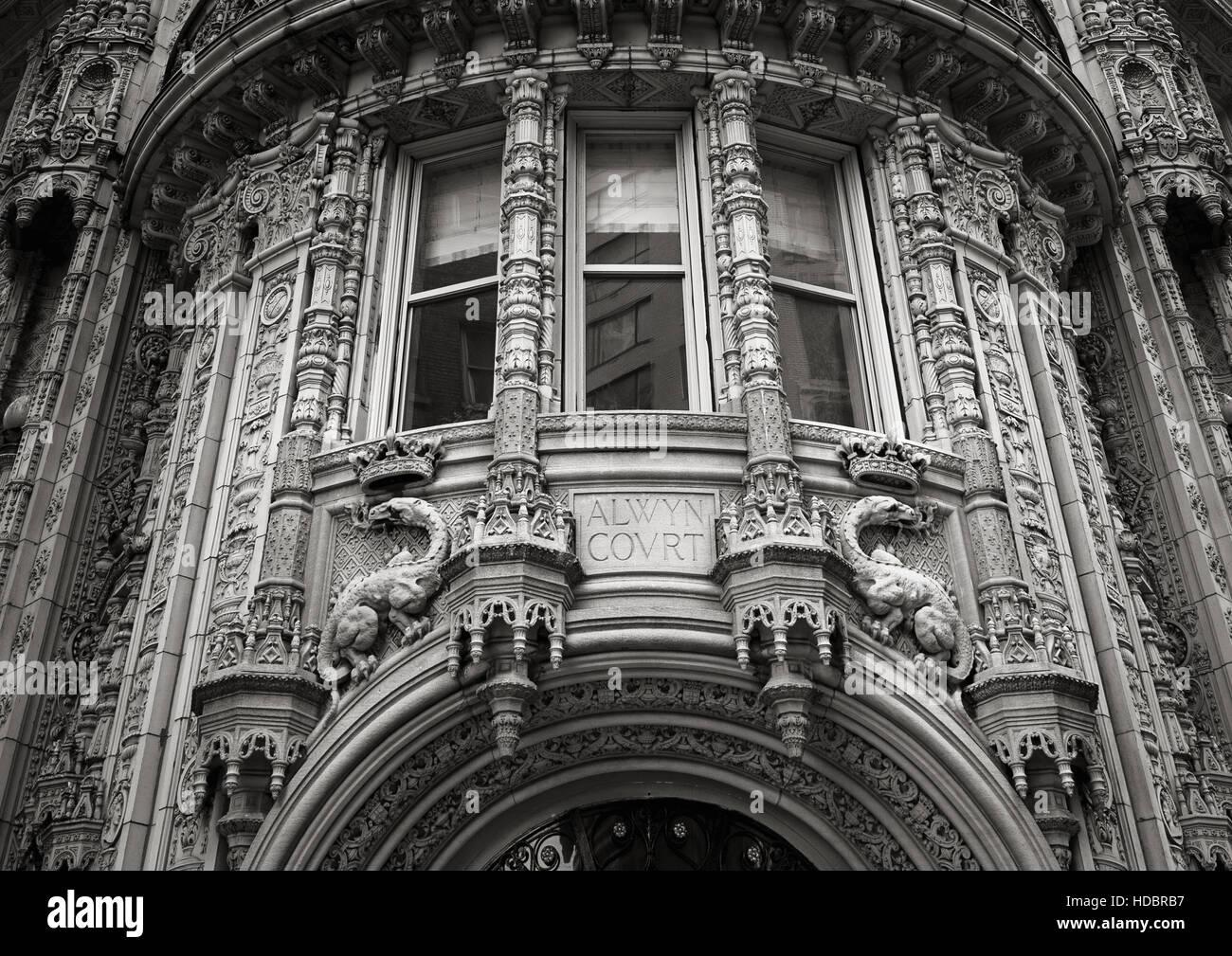 De magnifiques ornements architecturaux de la façade de l'immeuble de la Cour d'Alwyn. Noir et blanc, Photo Stock