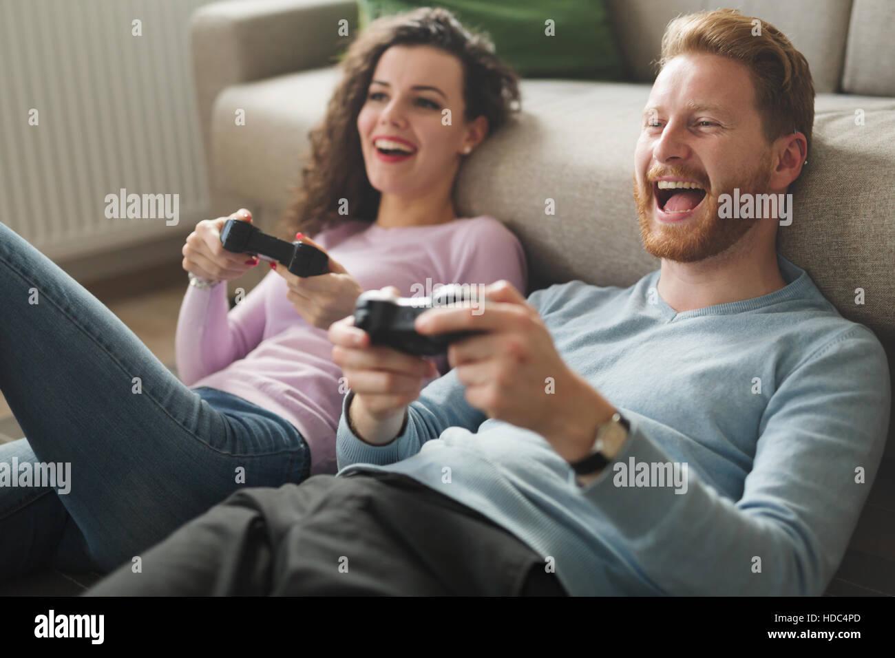 Beau couple de jeux vidéo sur console s'amusant Photo Stock