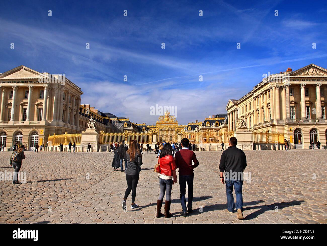 Les touristes à l'extérieur du Palais de Versailles, France. Banque D'Images