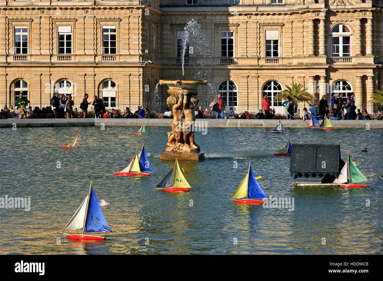 Pond in luxembourg garden photos pond in luxembourg for Piscine jardin du luxembourg