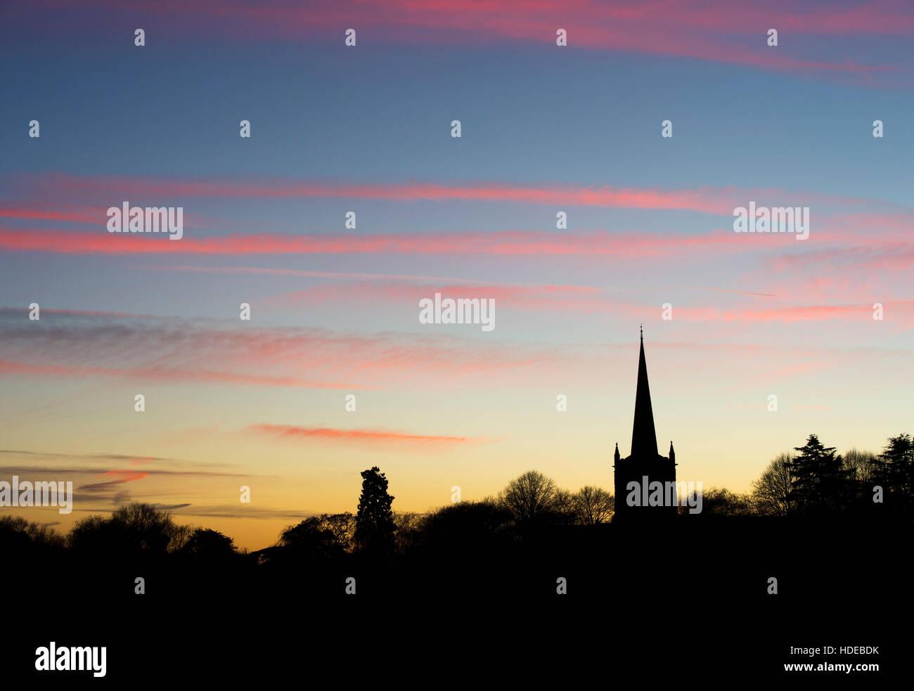 L'église Holy Trinity au coucher du soleil. Stratford Upon Avon, Warwickshire, en Angleterre. Silhouette Photo Stock