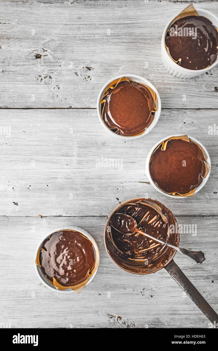 La pâte de chocolat pour le fondant dans le vertical ramequin Photo Stock