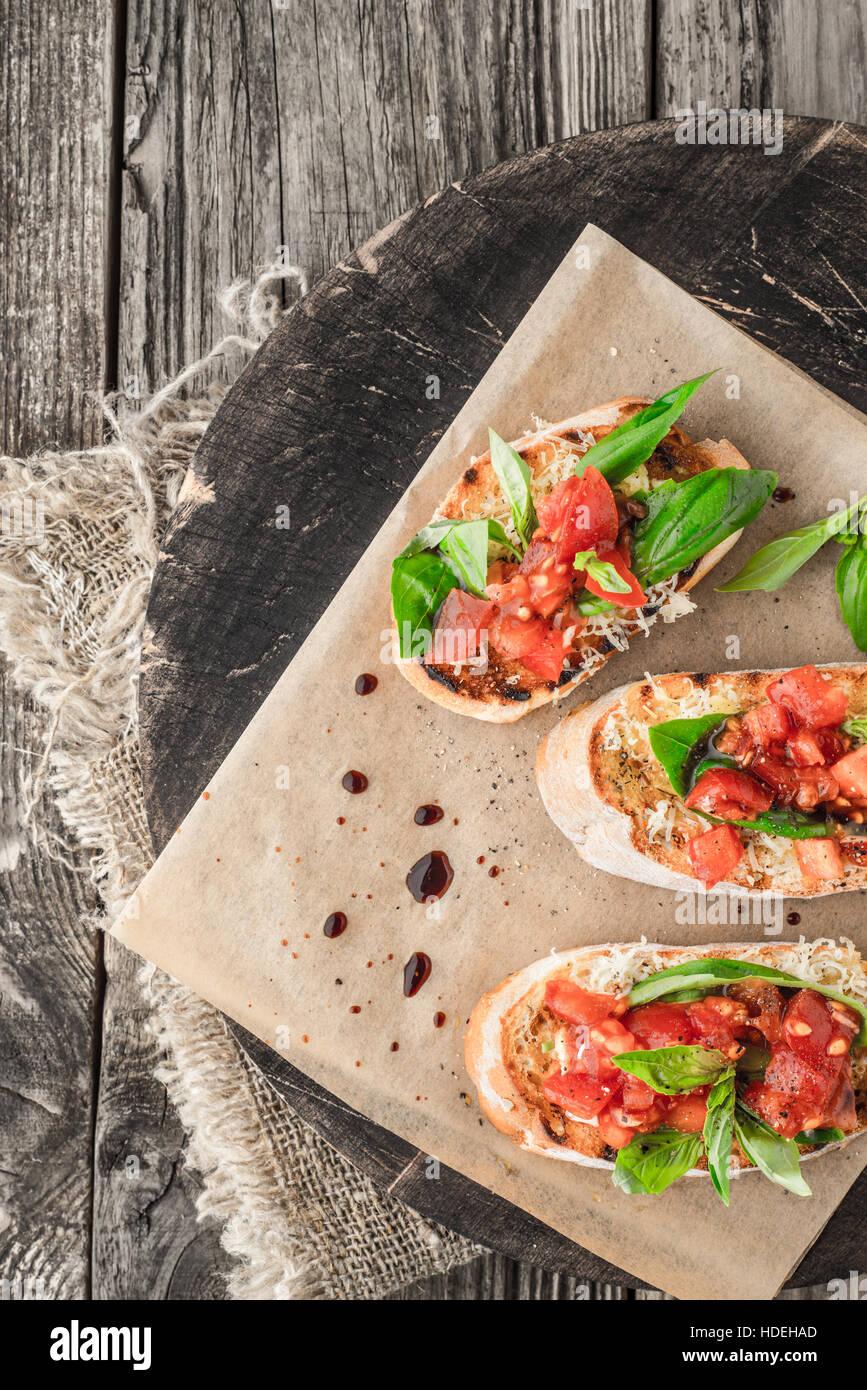 Pain de légumes tomate basilic assaisonnement alimentaire conseil Photo Stock