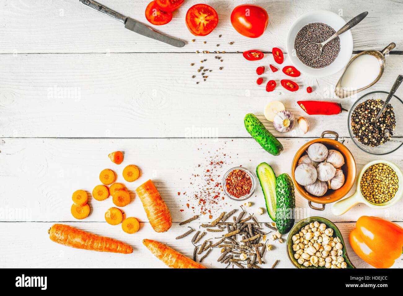 Produits pour Moyen Orient , cuisine caucasiennes et asiatiques sur la vue de dessus de table blanc Photo Stock