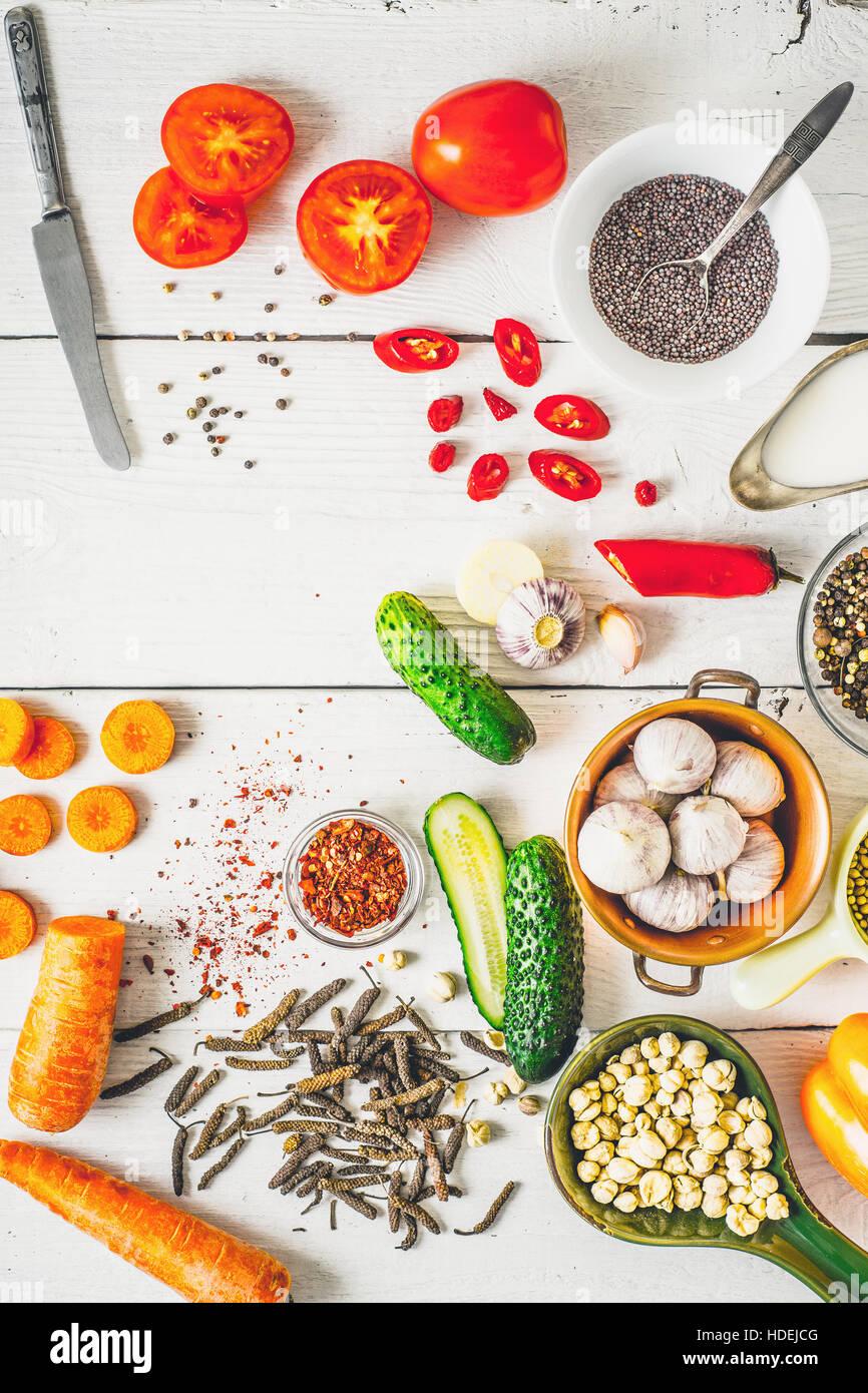 Produits pour Moyen Orient , cuisine caucasiennes et asiatiques sur le livre blanc de la table verticale Banque D'Images