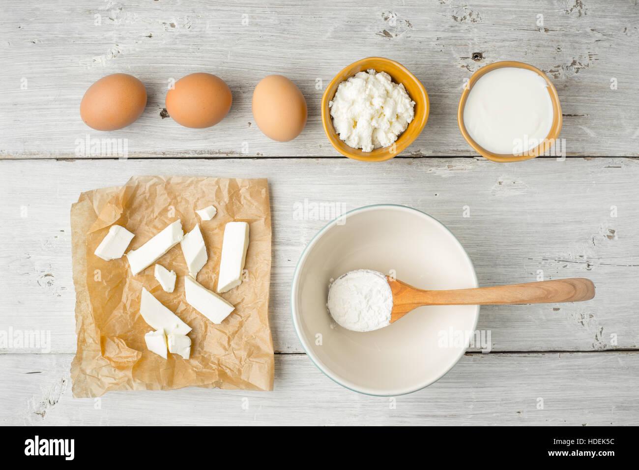 Différents fromages frais avec du yaourt et des oeufs sur la vue de dessus de table en bois blanc Photo Stock