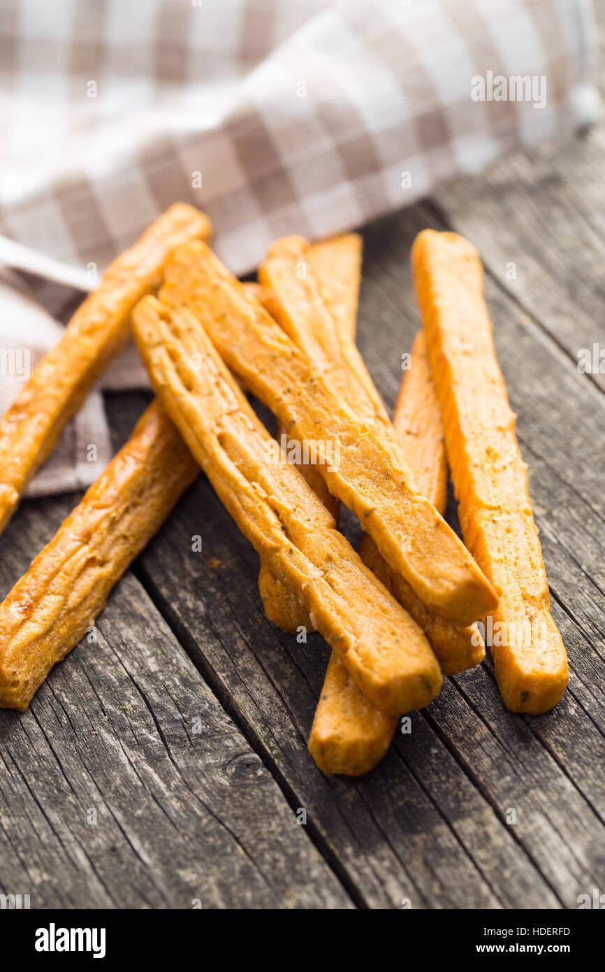 Bâtonnets de pain croustillant sur la vieille table en bois. Photo Stock