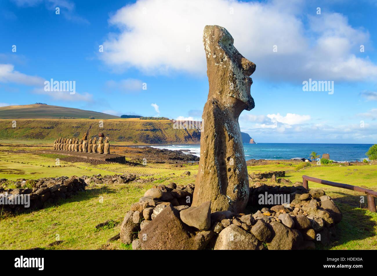 Statues moai sur l'île de Pâques à l'ahu Tongariki au Chili Photo Stock