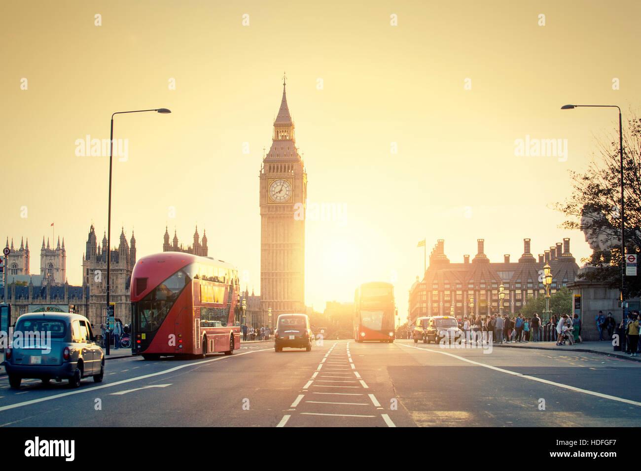 Londres, Royaume-Uni, palais de Westminster et Big Ben et le trafic sur le pont de Westminster en premier plan Photo Stock