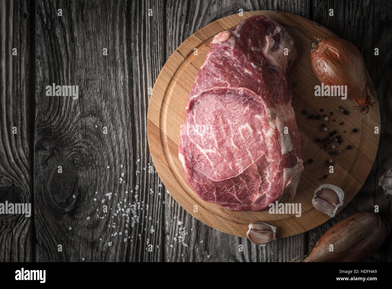 L'assaisonnement avec du bœuf angus brutes sur la table en bois Vue de dessus Photo Stock