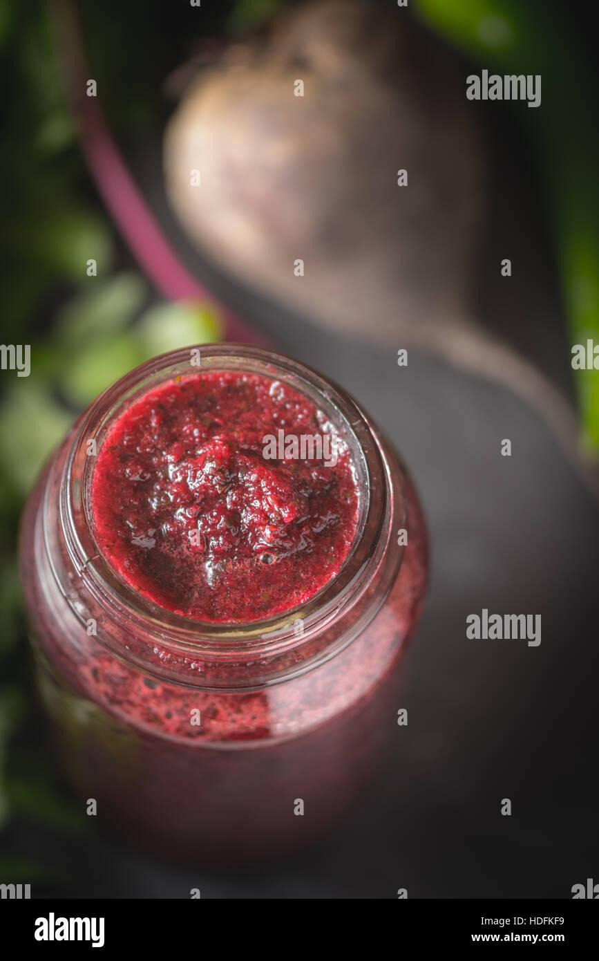 Smoothie aux légumes avec des ingrédients sur le flou d'arrière-plan en pierre sombre Photo Stock