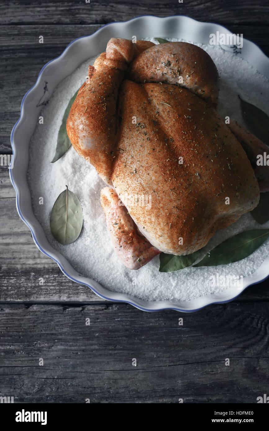 Matières jour de Thanksgiving Turquie avec des épices sur le plat de cuisson avec du sel et le laurier à la verticale Banque D'Images
