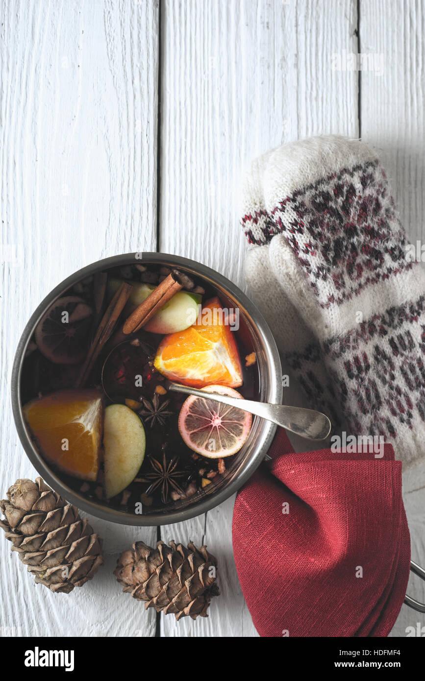 Pot avec un sifflement dans la vue de dessus de table en bois blanc Photo Stock