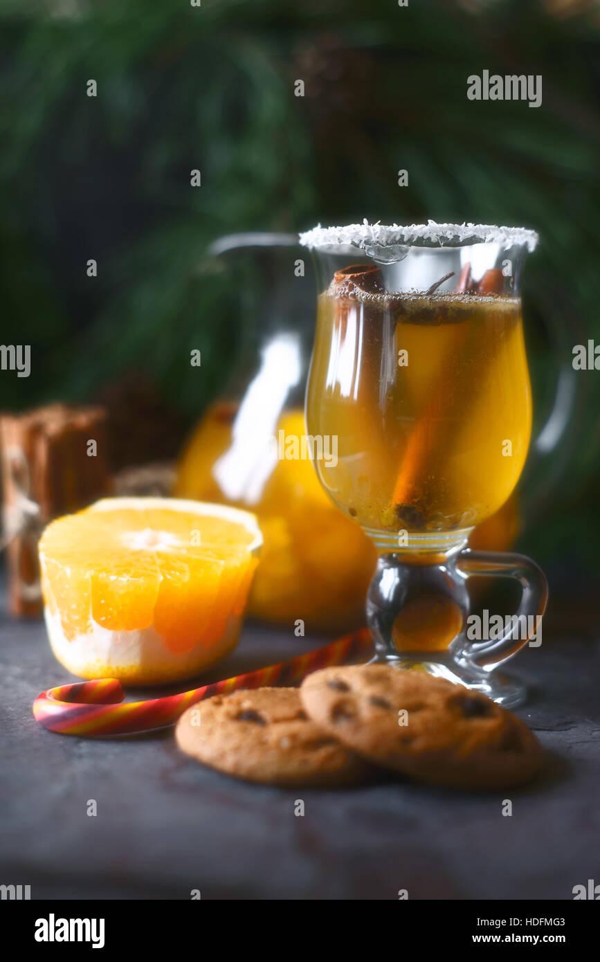 Poinçon d'agrumes dans le verre sur la table verticale sombre Photo Stock