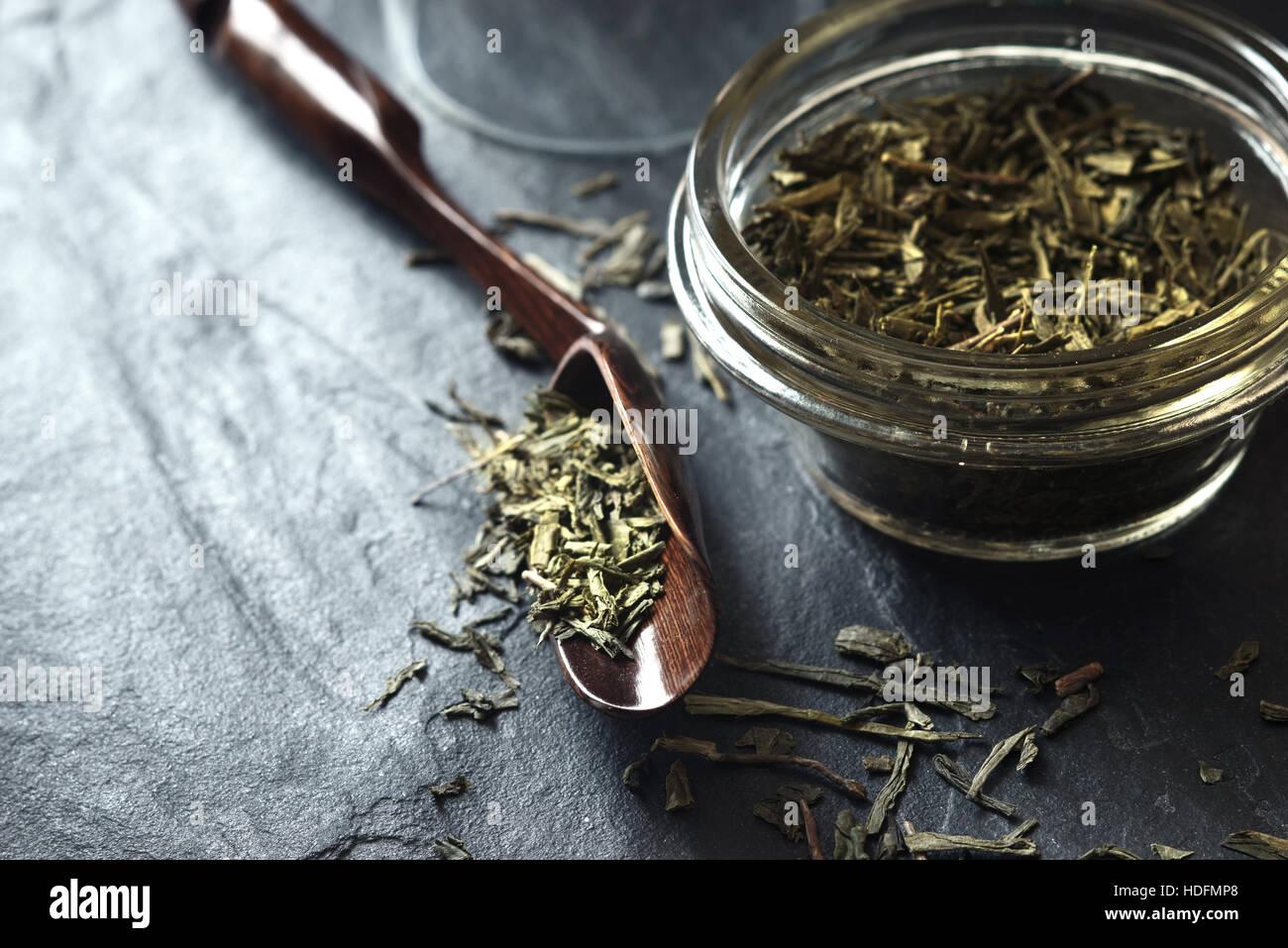 Set pour la préparation du thé sur la pierre pierre sombre table horizontale Photo Stock