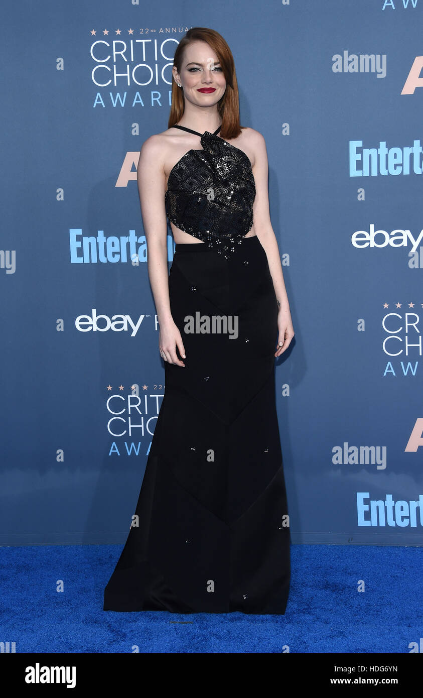 Santa Monica, Californie, USA. Dec 11, 2016. Emma Stone arrive pour la 22e Critics' Choice Awards à Barker Photo Stock