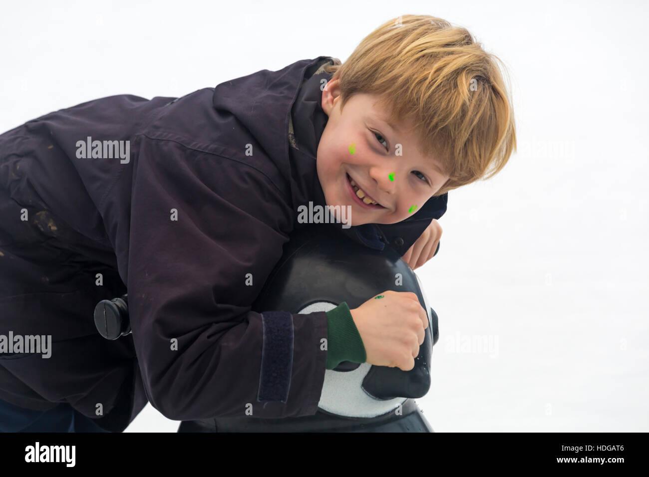 Winchester, Hampshire, Angleterre, Royaume-Uni. 12 décembre 2016. Jeune garçon aime patiner à la patinoire à la Winchester Marché de Noël. Credit: Carolyn Jenkins/Alamy Live News Banque D'Images