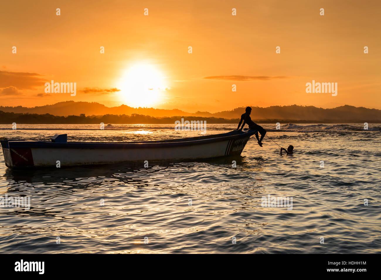 Silhouette d'un bateau et de personnes à la plage de Puerto Viejo de Talamanca, Costa Rica, Amérique Photo Stock