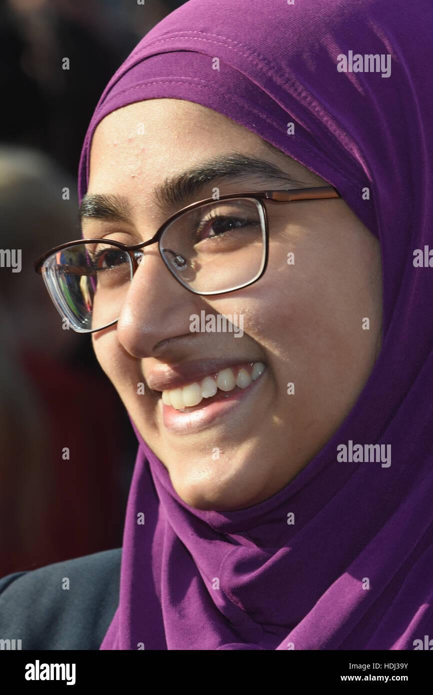 63c02abef41 Portrait d une jeune fille musulmane portant un foulard