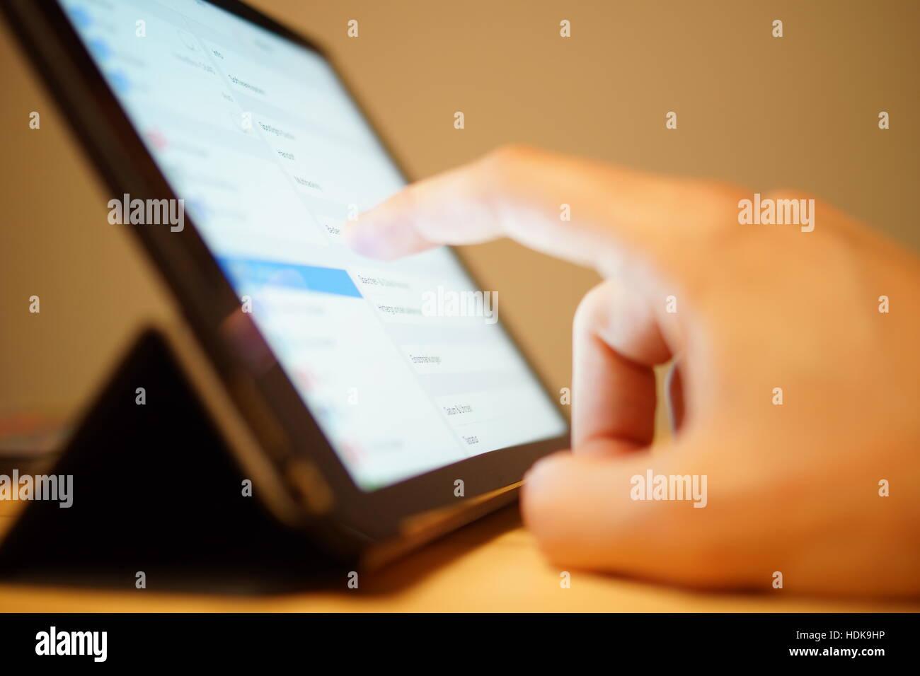 Tablette avec doigt sur écran Banque D'Images