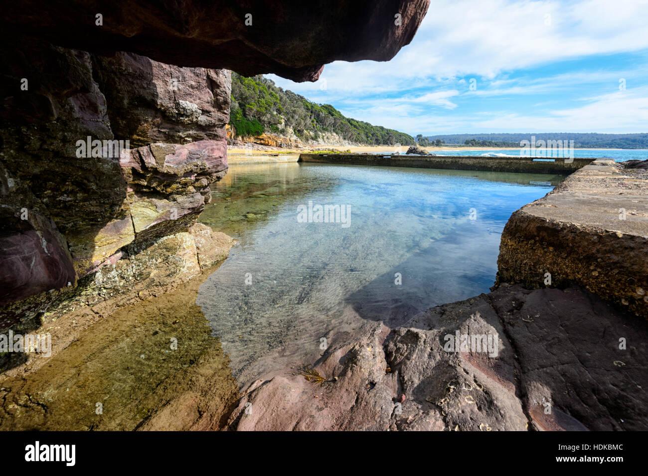 Voir l'Eden Rock de piscine à partir de l'intérieur d'une grotte, Côte Sud, New South Photo Stock