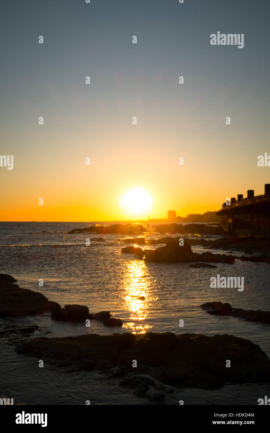 Montevideo au coucher du soleil sur le rio de la Plata Photo Stock