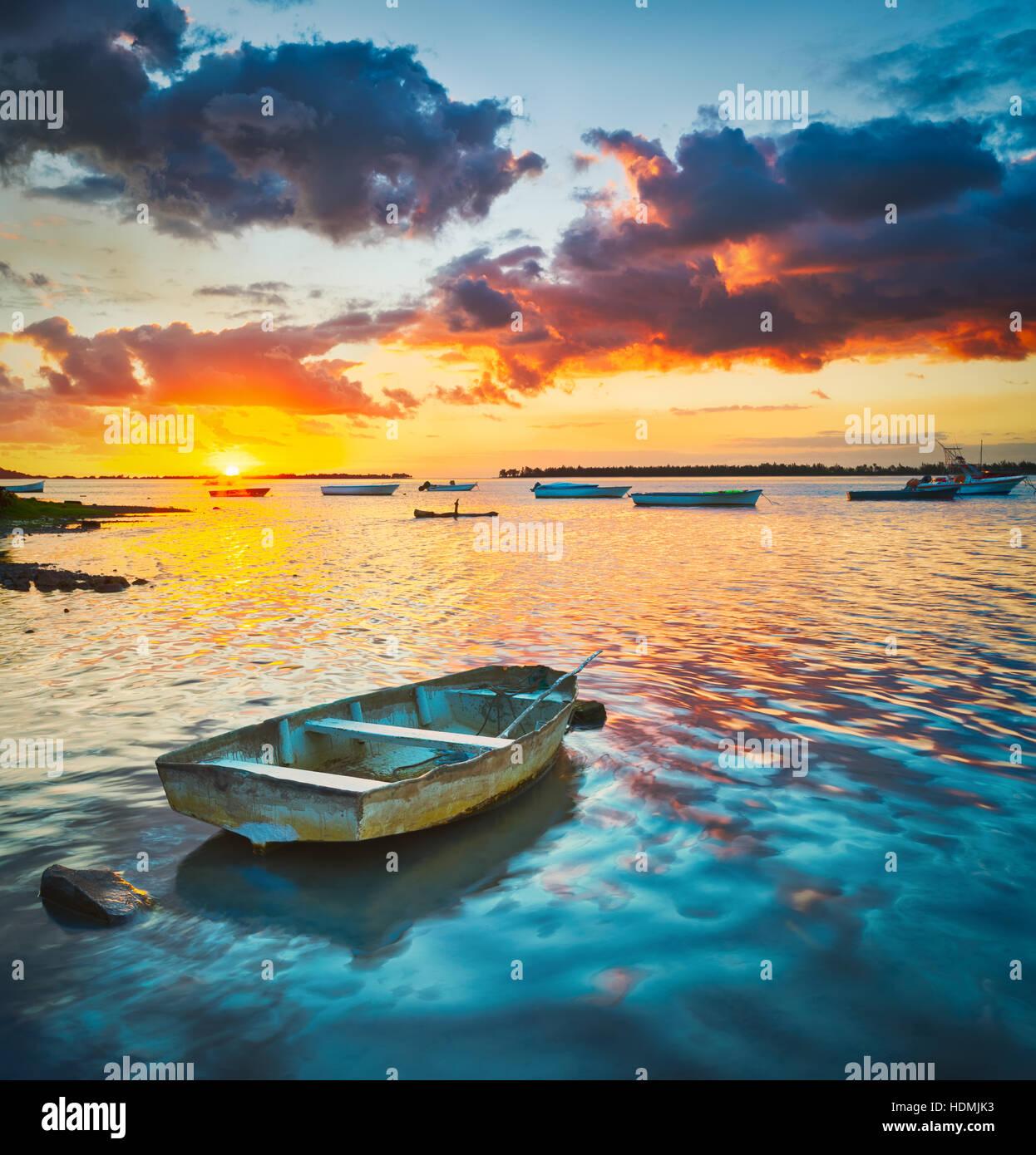 Bateau de pêche au coucher du soleil. L'île Maurice. Photo Stock
