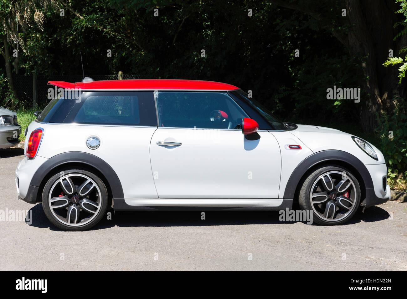 Le rouge et le blanc Mini (BMW) Cooper, dans la zone de parc, Chobham, Surrey, Angleterre, Royaume-Uni Photo Stock