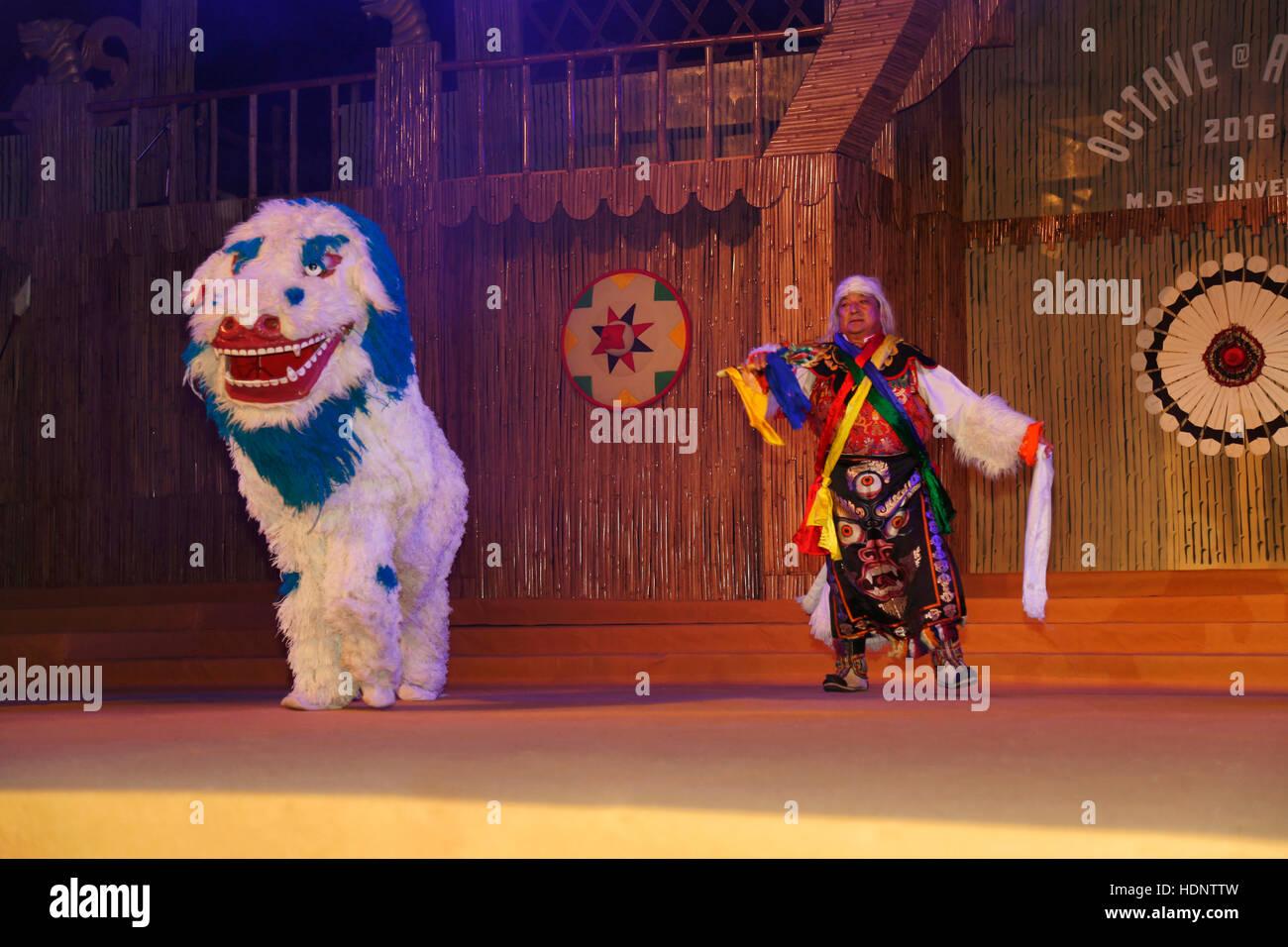 L'homme l'exécution de la danse traditionnelle Singi Cham du Sikkim. Festival Tribal dans Ajmer, Rajasthan, Photo Stock