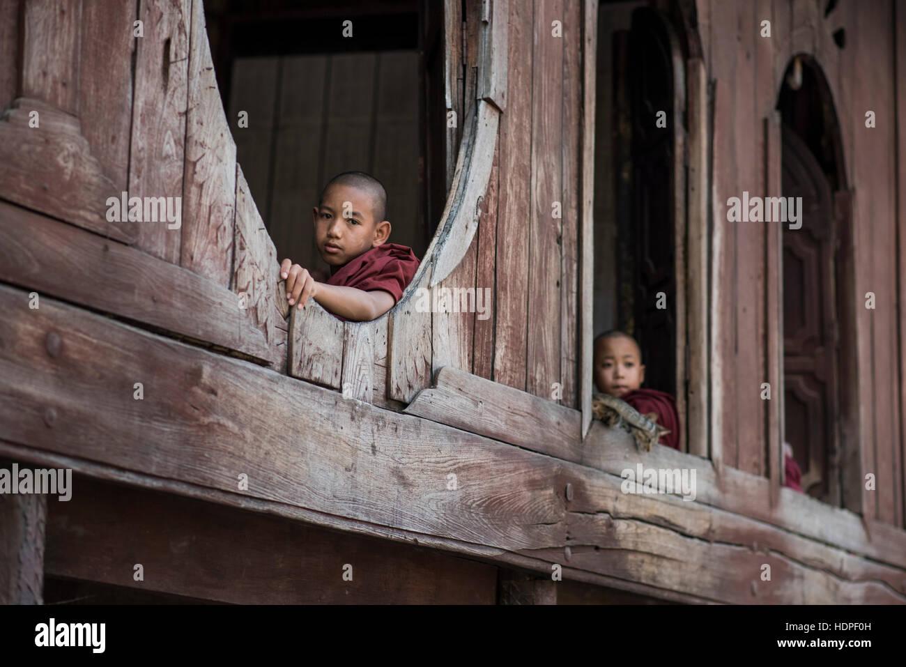 Les moines bouddhistes novice au monastère en bois de Shwe Yan Pyay à Nyaungshwe, Myanmar. Photo Stock