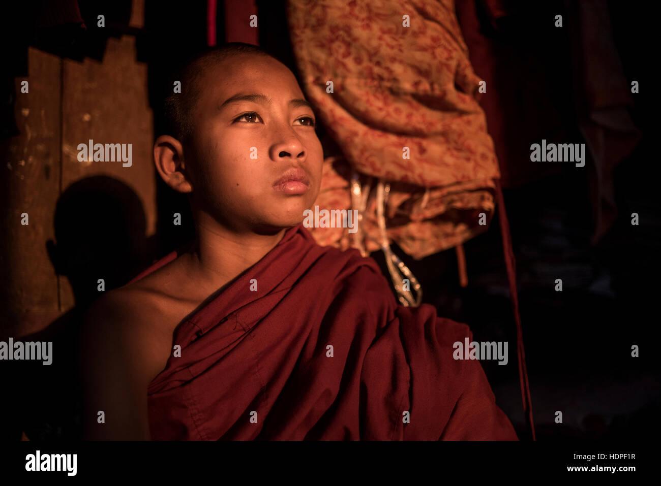 Portrait d'un jeune novice, moine bouddhiste au monastère Shwe Yan Pyay, Nyaungshwe, Myanmar. Photo Stock