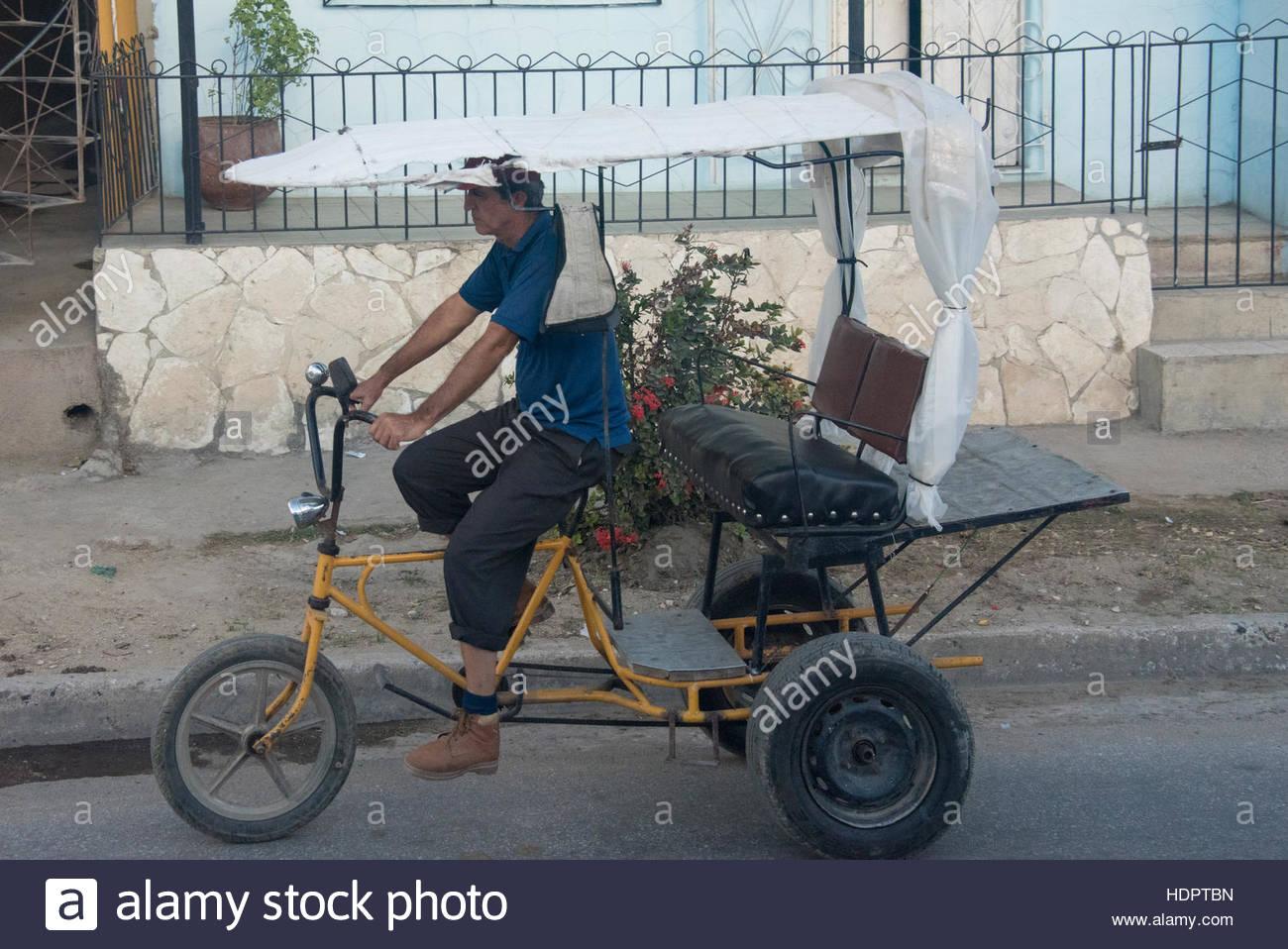 Bicitaxi de transport urbain de passagers. Vie quotidienne du peuple cubain de détails. Le pays tropical dispose Photo Stock