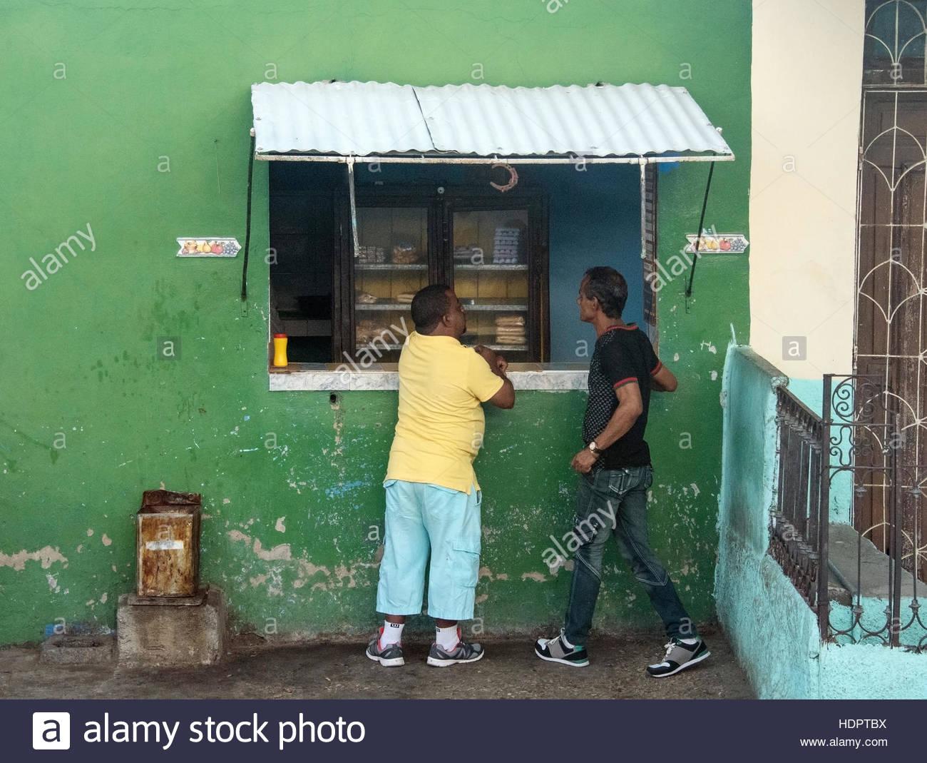 Stand alimentaire privé avec les clients en attente devant elle. Vie quotidienne du peuple cubain de détails. Photo Stock