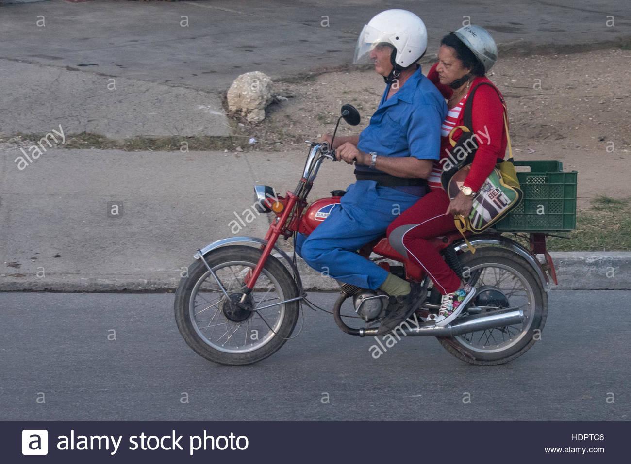 Couple riding petite Berjobina russe moto. Vie quotidienne du peuple cubain de détails. Le pays tropical dispose Photo Stock