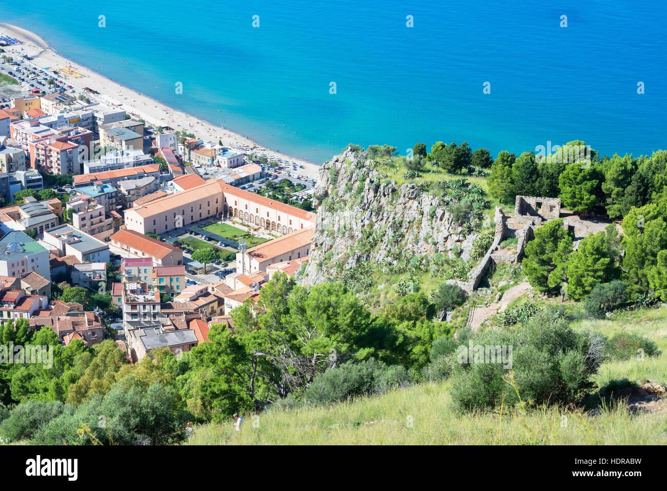 Plage de la ville et la falaise La Rocca vue, Cefalù, Sicile, Italie, Europe Photo Stock