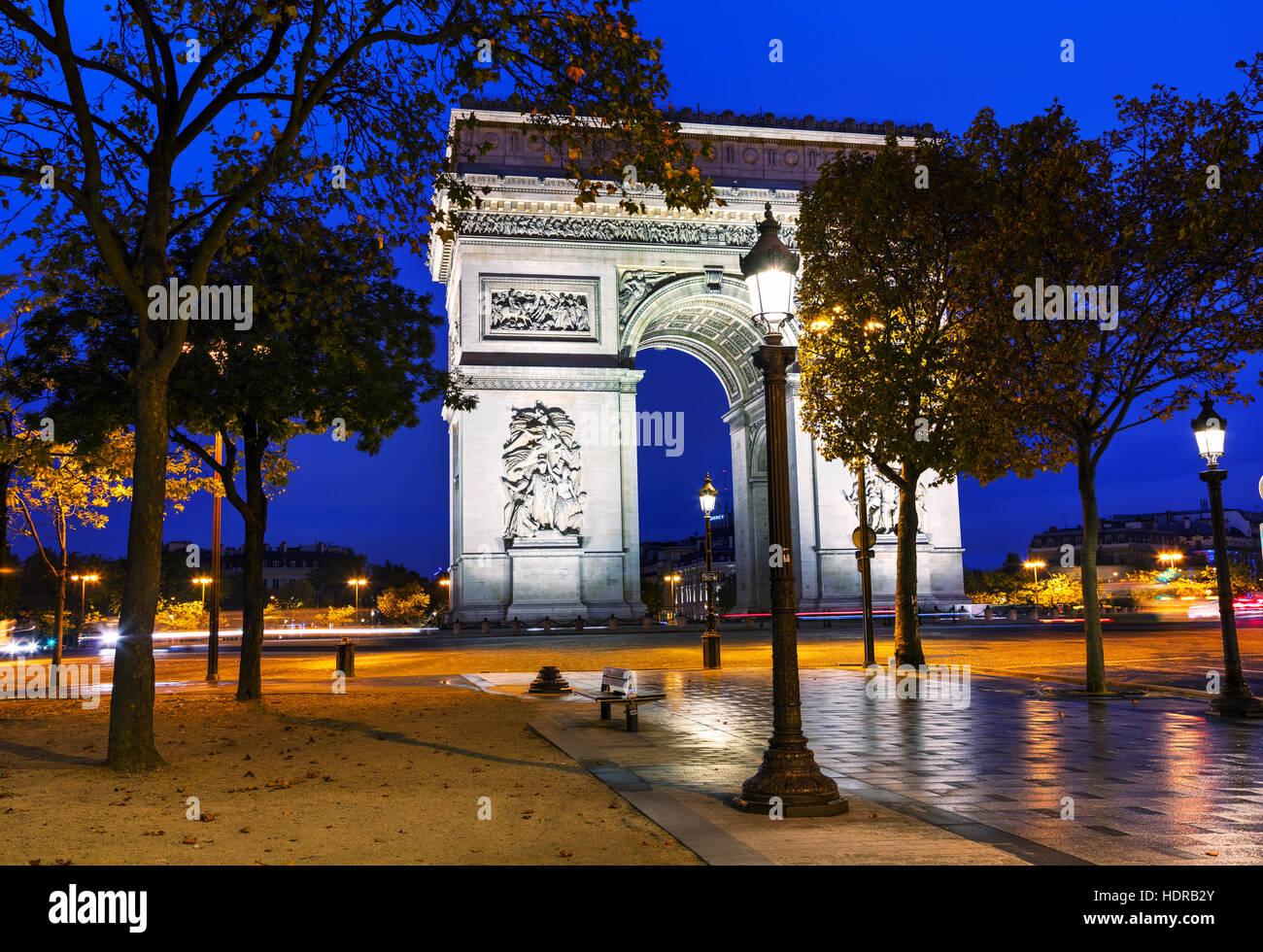 L'Arc de Triomphe (Arc de Triomphe) à Paris, France la nuit Photo Stock