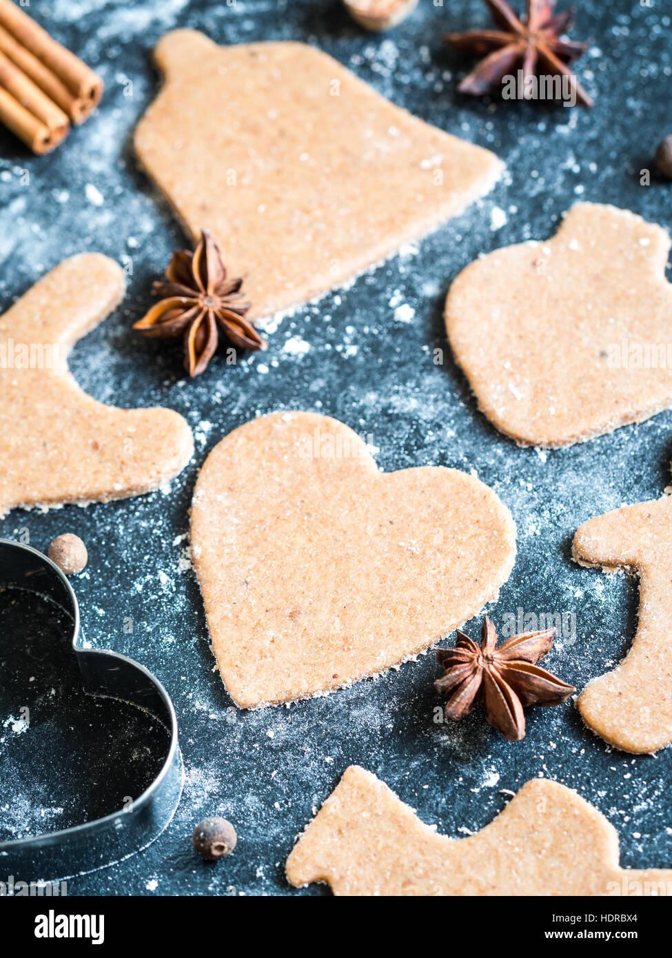 Préparation de Noël gingerbread cookies. Photo Stock
