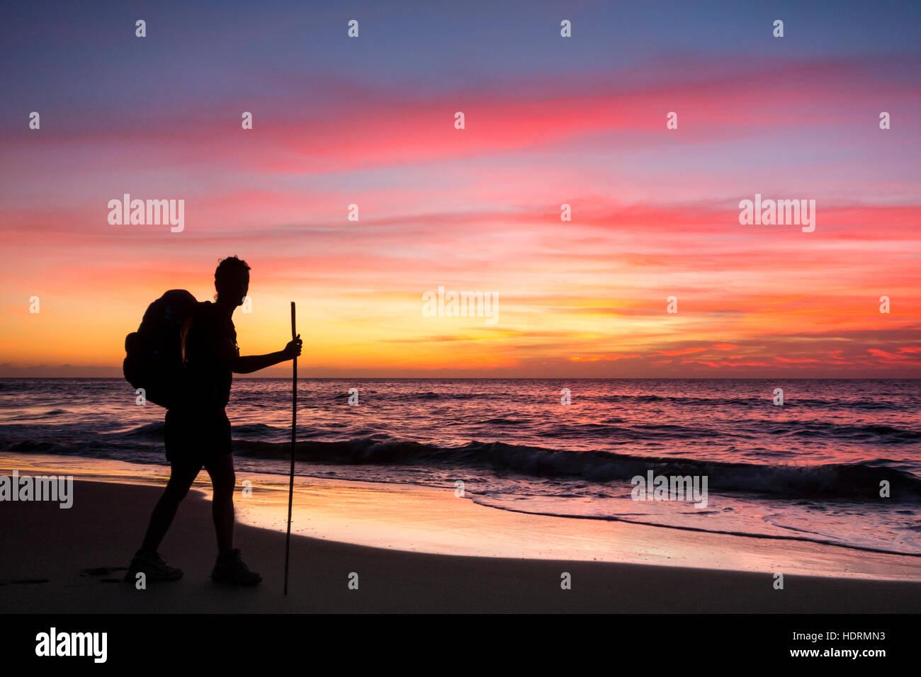 Randonneur sur Guigui à distance (ou) Guyguy Beach sur la côte ouest de la Grande Canarie au coucher du Photo Stock