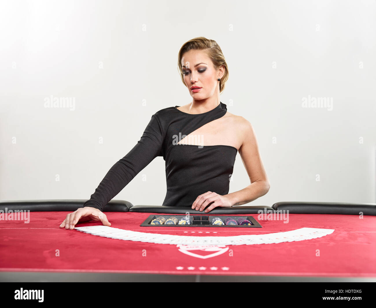 Femme découvre les cartes, jetons, jeu, jeux, Blackjack Photo Stock