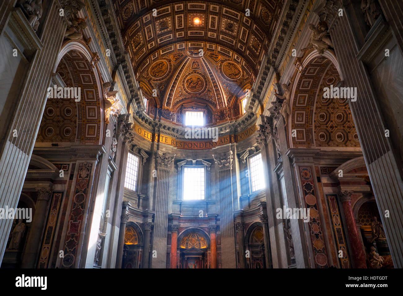 ROME, ITALIE - 12 jan 2016: l'intérieur de la basilique Saint Pierre (San Pietro). Photo Stock