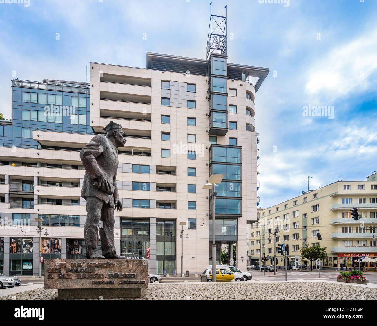 La Pologne, la Poméranie, Gdynia, monument de l'activiste Kachoubes Anthony Abraham et l'immeuble d'appartements Photo Stock