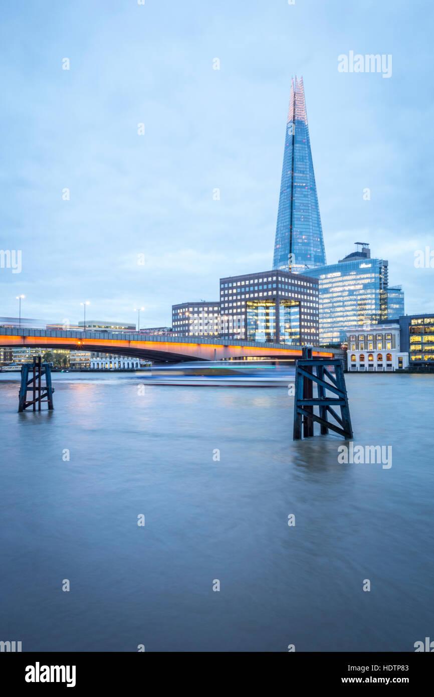London Skyline at Dusk avec London Bridge et le fragment en vue sur la Tamise Photo Stock