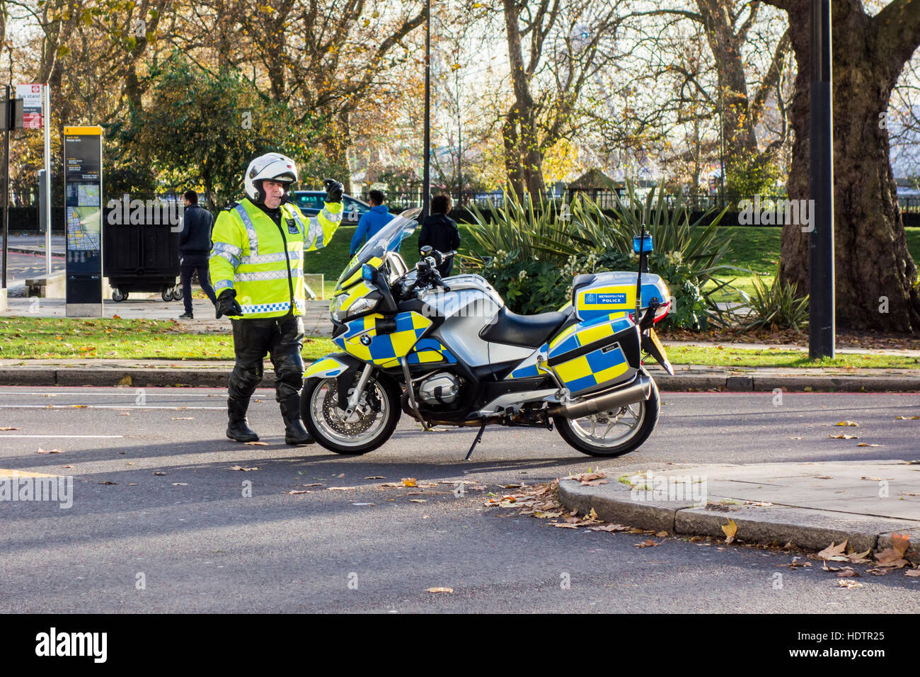 Agent de police ordonnant au rond-point trafic Marble Arch, London, UK Photo Stock