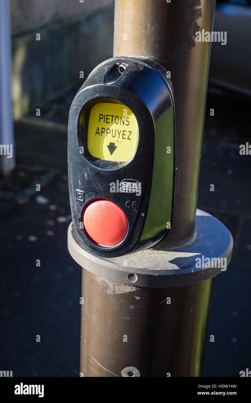 Un passage pour piétons bouton à pousser en France quand vous voulez traverser la rue. Photo Stock