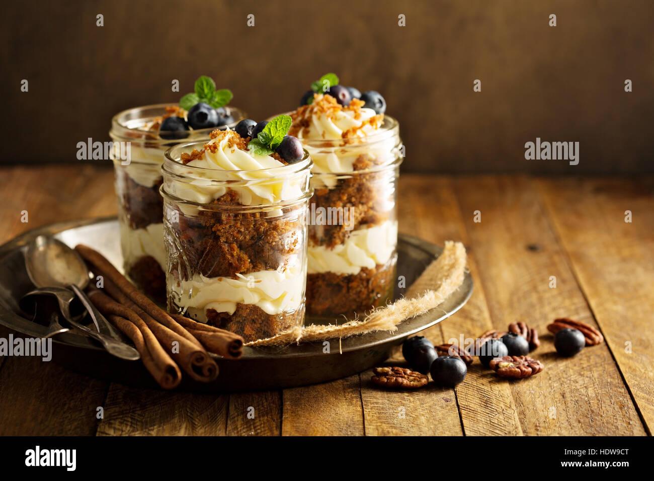 Gâteau aux carottes dans un pot Photo Stock