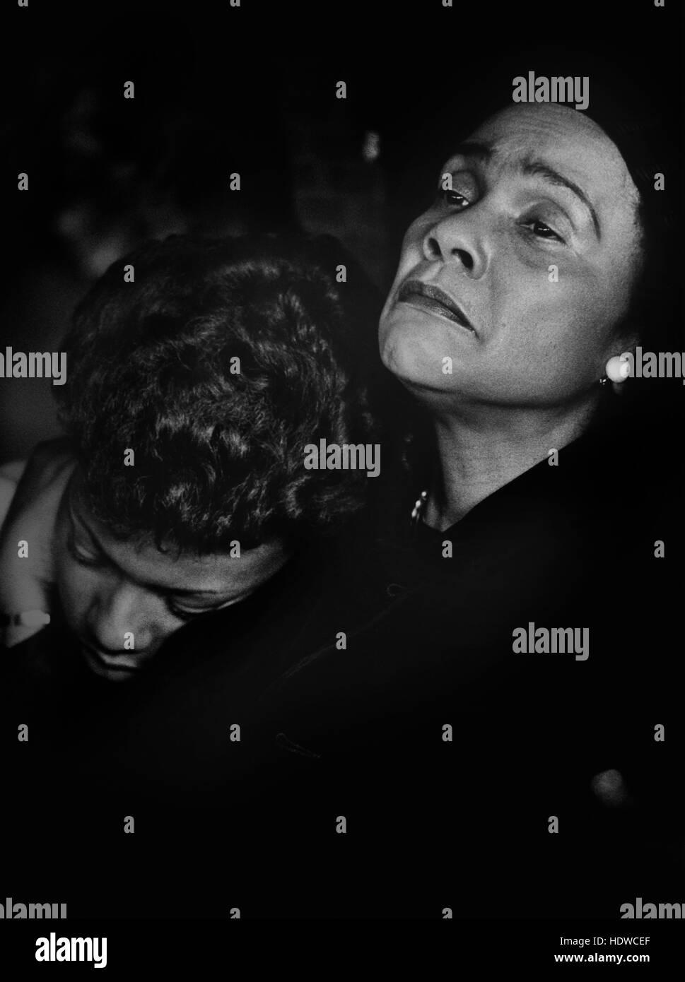 Coretta Scott King, veuve du leader des droits civiques tué Le Dr Martin Luther King, Jr., réconforte sa fille comme ils assister aux funérailles du Dr Martin Luther King 'Daddy', Sœur du roi à l'église baptiste Ebenezer à Atlanta, Géorgie. Banque D'Images