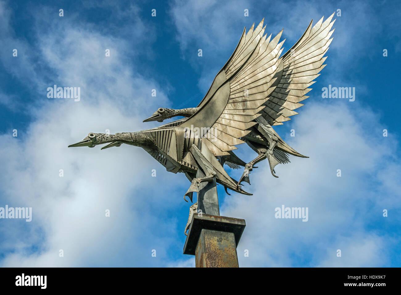 Statue, ou coulage de métaux, de trois canards colverts en vol sur les rives de la rivière Wye à Ross on Wye, Herefordshire en Angleterre Banque D'Images