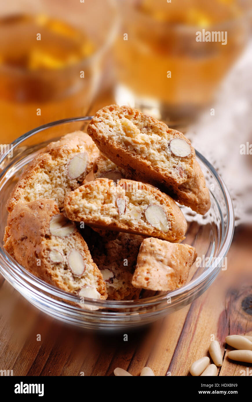 Cantucci cookies dans bol en verre - produits de confiserie traditionnelle Italienne Photo Stock
