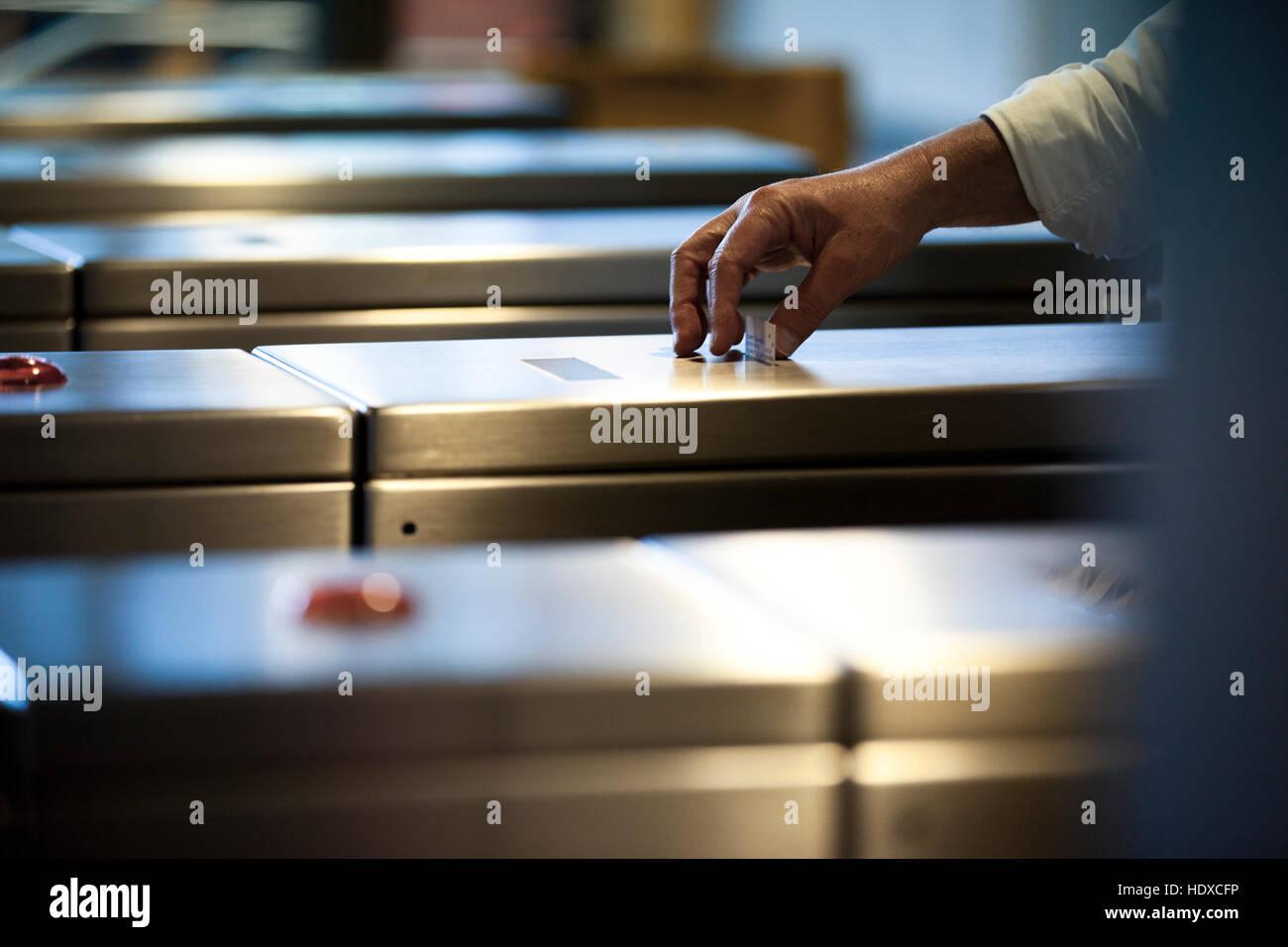 Une main de banlieue prend un billet d'un métro métro automatique Photo Stock