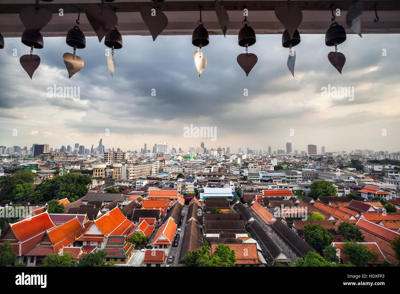 Vue sur la ville de Bangkok de gratte-ciel du quartier des affaires à partir de la montagne d'or à Photo Stock